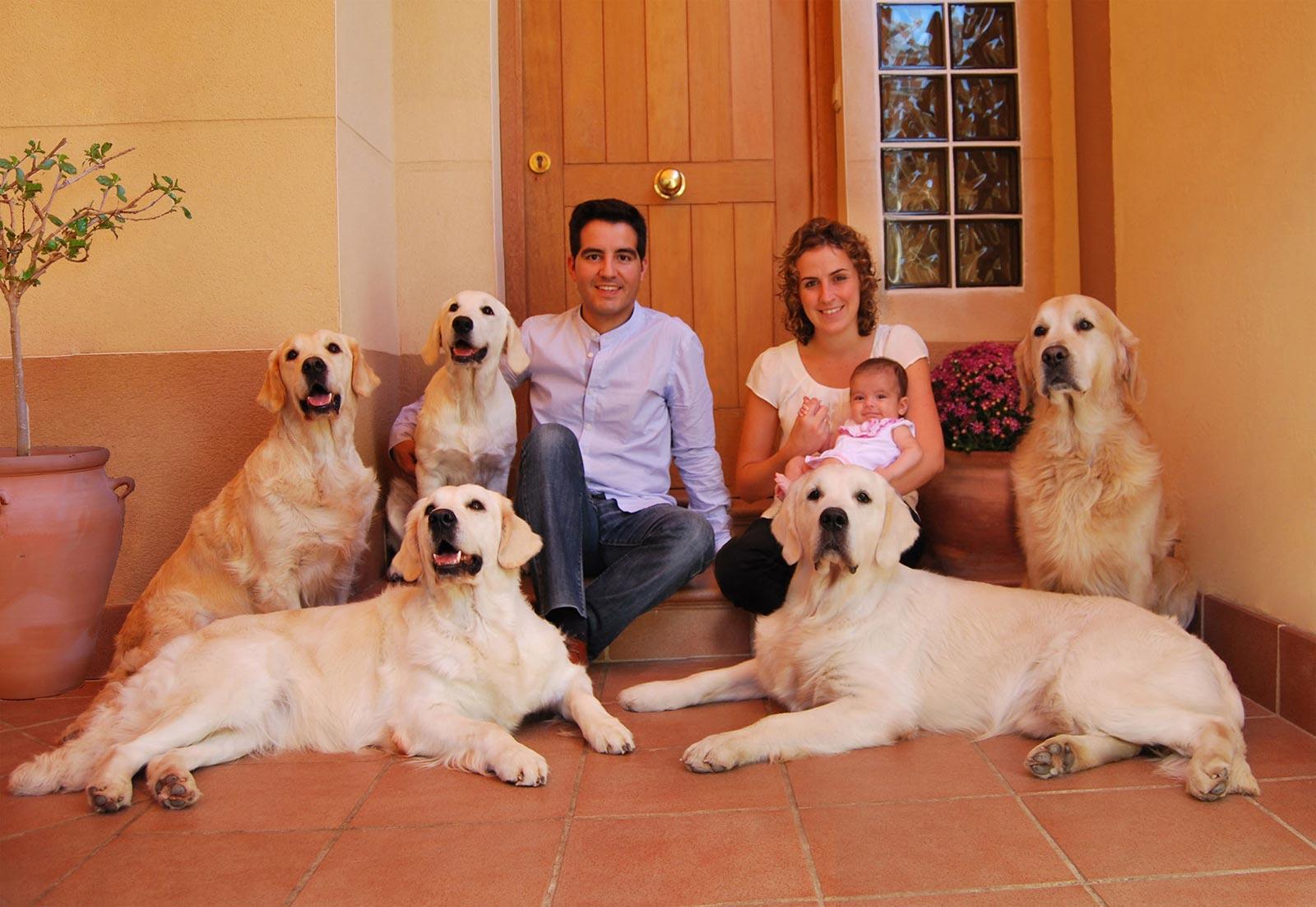 Foto de Familia, Gran Ayuda, Psicólogos en Huelva, terapia asistida con animales y cría de Golden Retriever